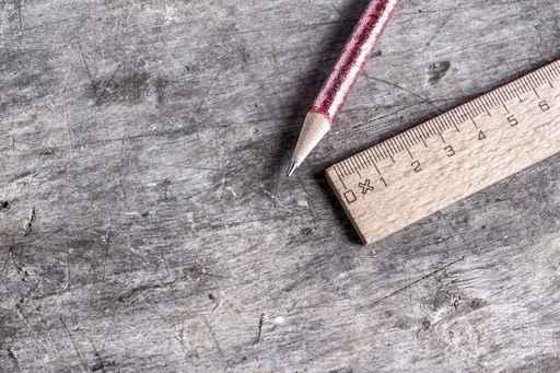 Lineal und Bleistift