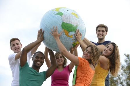 Jungendliche halten einen aufblasbaren Globus
