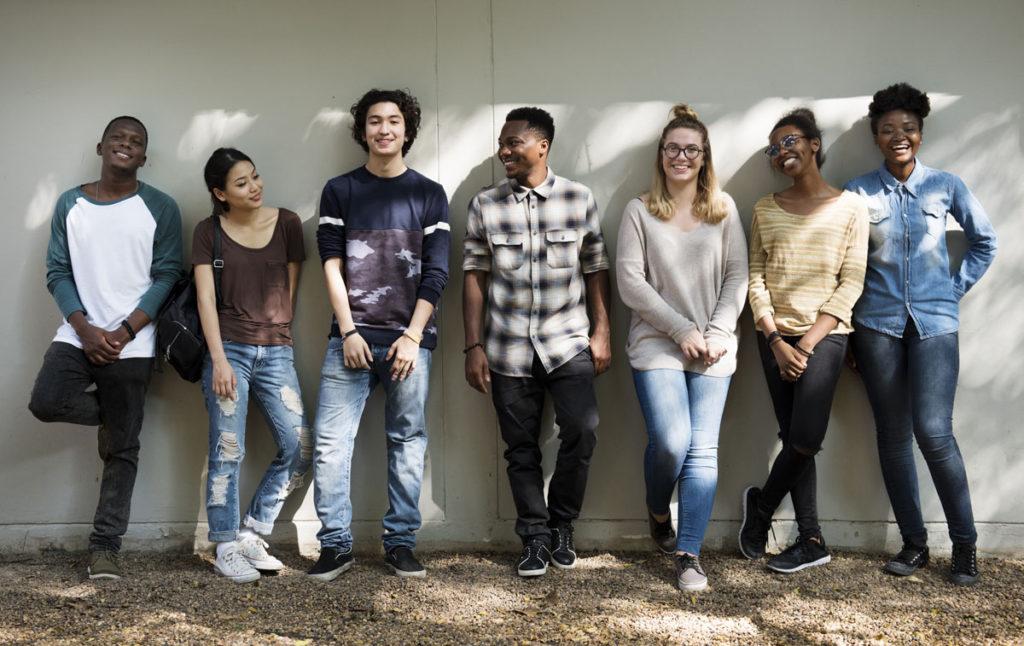 Gruppenfoto Austauschschüler vor weißer Wand