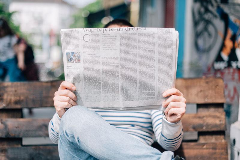Mann liest Zeitung