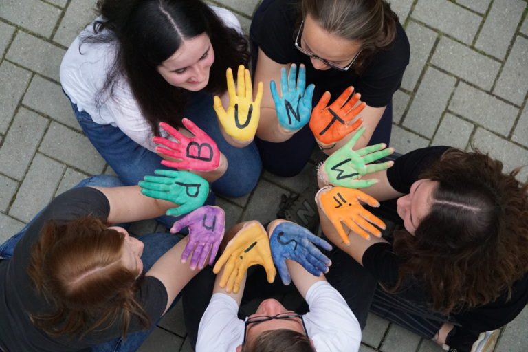 Gruppenfoto bunte Hände