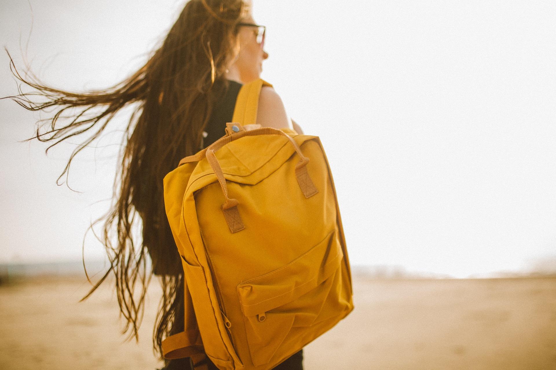 Mädchen mit gelbem Rucksack